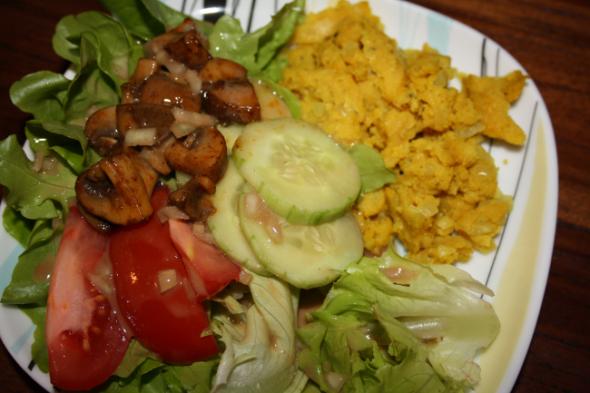 Falsches Rührei mit Salat