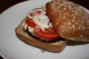 Auberginen-tomaten-Avocado Burger