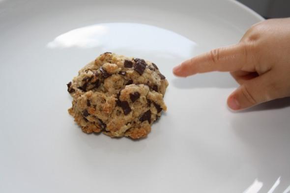 Zeigende Hand auf Keks